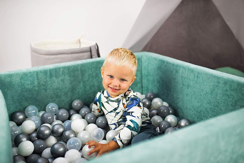 Votre enfant sera heureux de jouer dans sa piscine à balles.