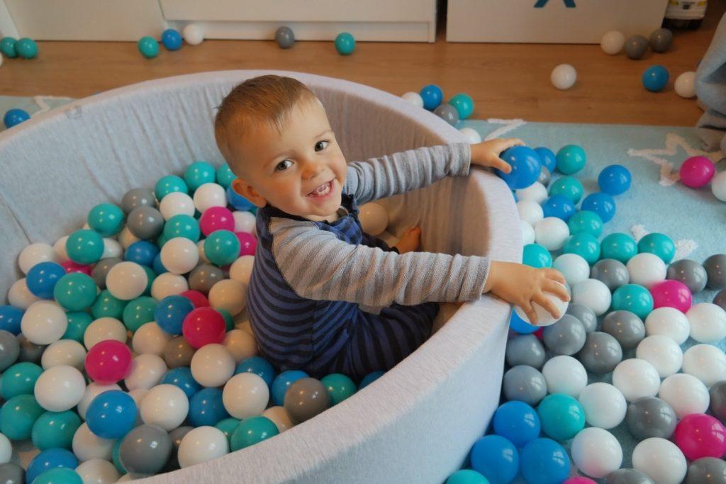 La piscine à balles est un jeu à la fois éducatif et amusant pour les enfants.