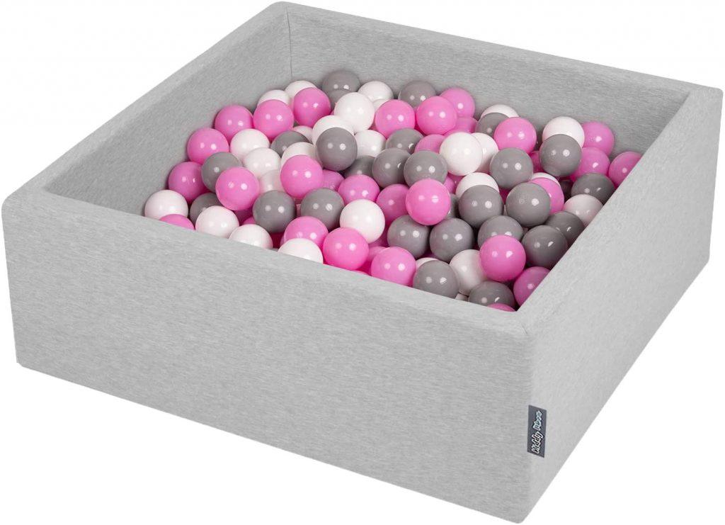 Cette piscine à balles carré Kiddymoon comporte 200 balles colorées.