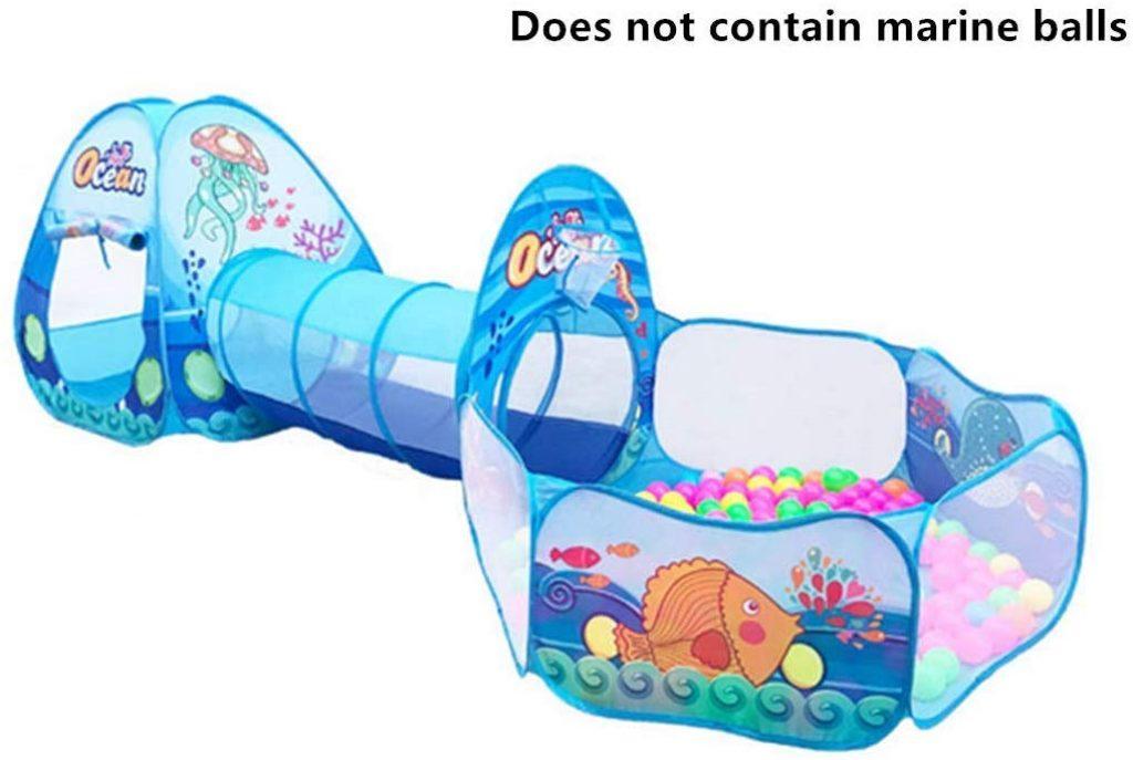 L'aire de jeux du monde sous marin comprend une tente, une piscine à balles et un tunnel.