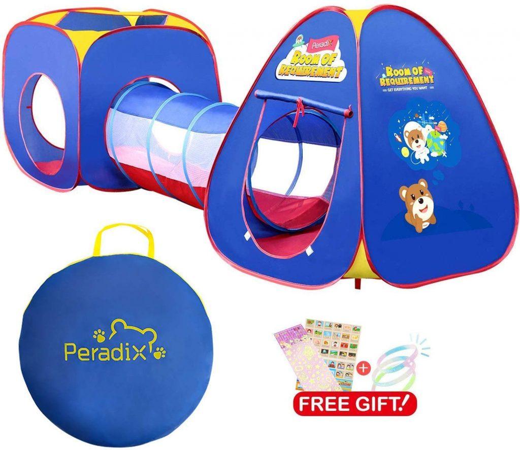 La tente à balles avec tunnel constitue une grande aire de jeux pour les enfants.