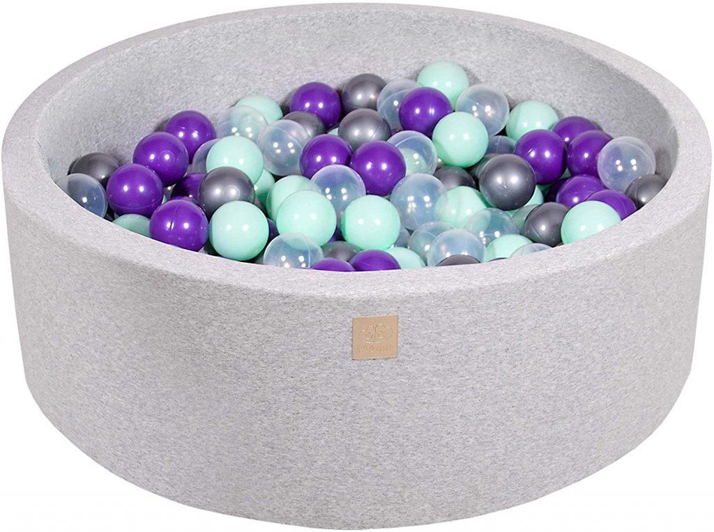 Cette piscine à balles Meowbaby contient 200 boules colorées.