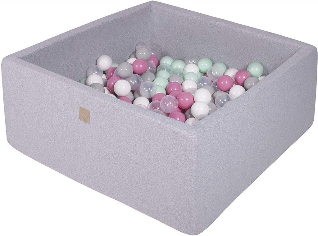 Cette piscine à balles pour bébé Meowbaby carré contient 200 balles.