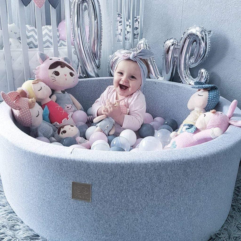 Bébé qui joue dans une piscine à balles Meowbaby.