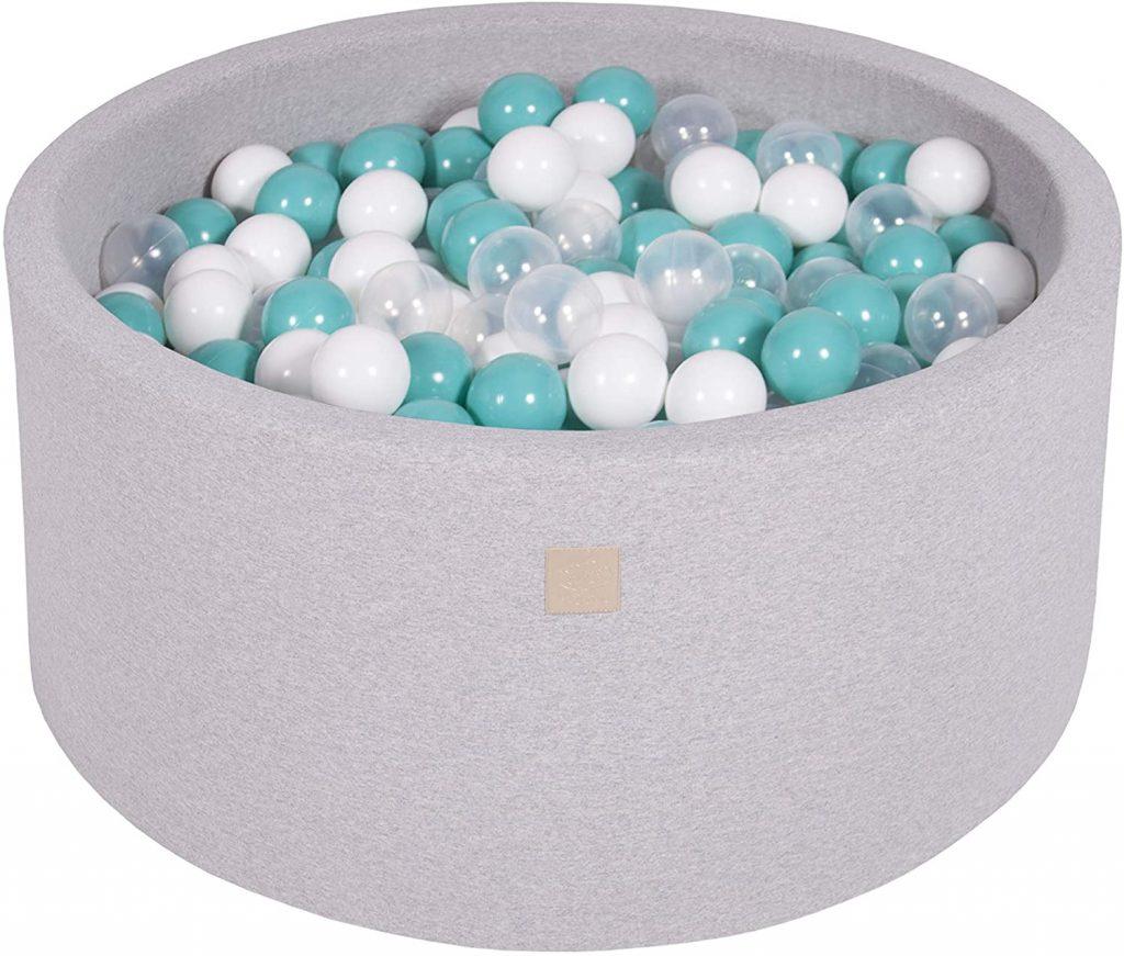 Cette piscine à balles Meowbaby est de forme ronde et contient 300 boules.