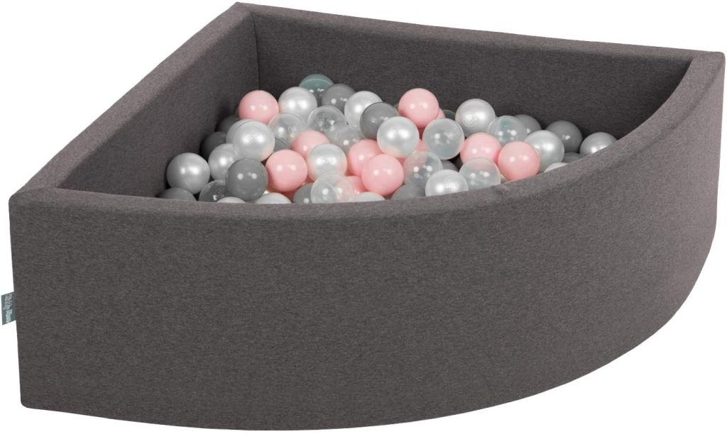 Cette piscine à boules d'angle Kiddymoon permet de gagner de l'espace une fosi mise dans un recoin de la pièce.