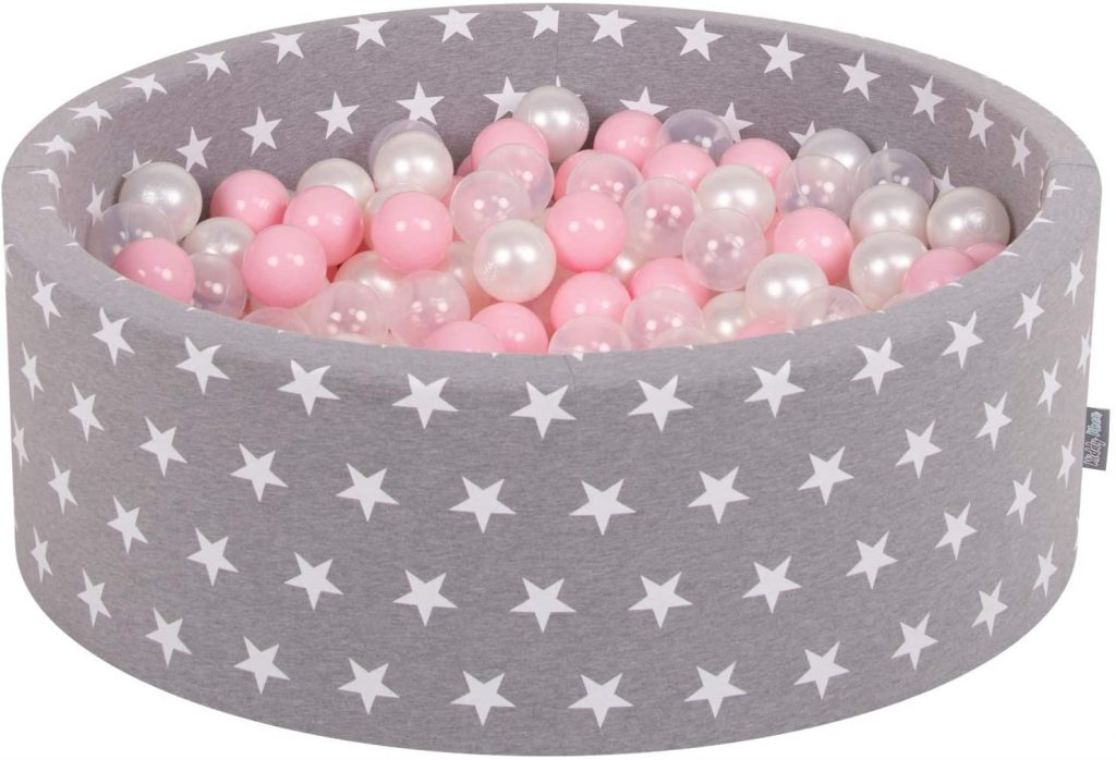 Cette piscine à boules Kiddymoon est recouverte d'une housse grise avec des étoiles blanches.