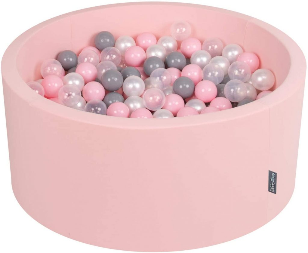 Cette piscine en mousse Kiddymoon comporte 300 balles de jeux.