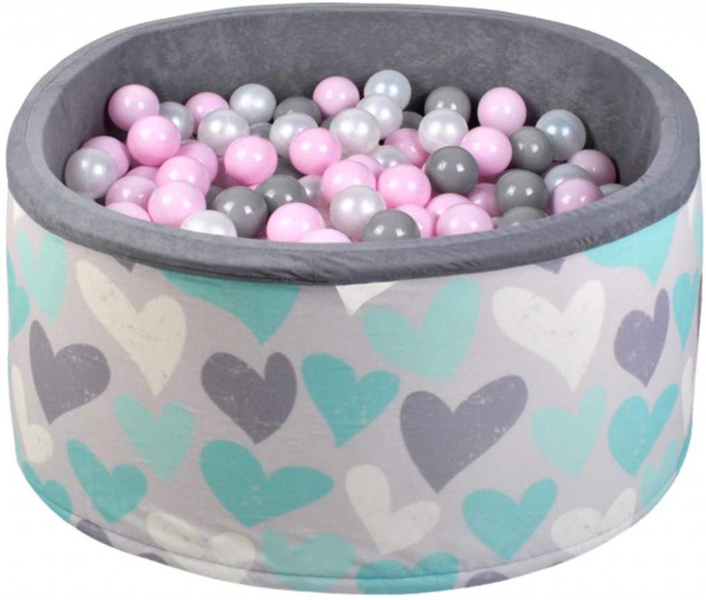 La piscine à boules ISO TRADE a une housse avec des petits cœurs colorés.