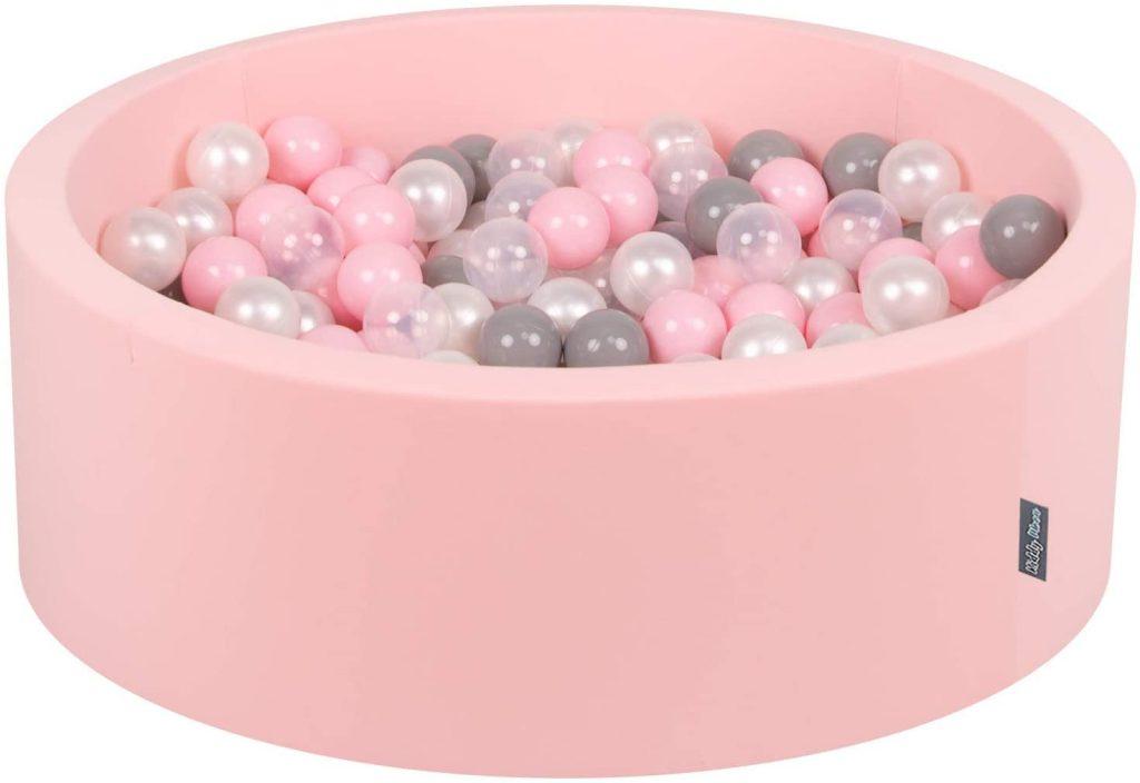 Cette piscine à balles ronde de la marque Kiddymoon est de couleur rose.