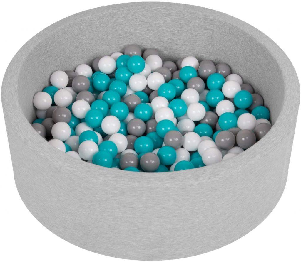 Cette piscine à balles de la marque Selonis comprend 200 balles colorées.