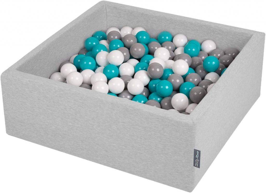 Cette piscine à balles carrée en mousse Kiddymoon contient des balles colorées.