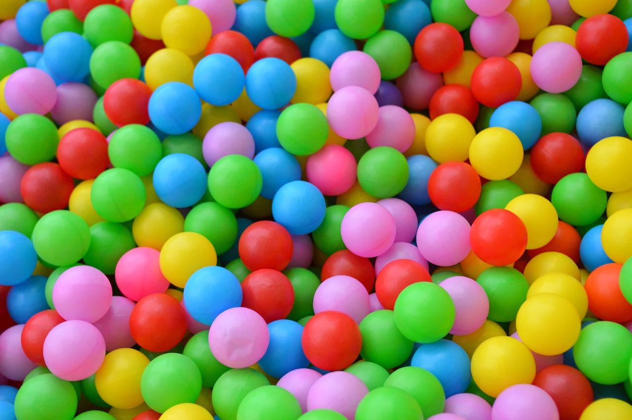 Quelle matière choisir entre la piscine à balles pop up ou en mousse ?